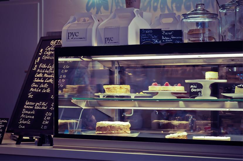 Pozitionarea produselor complementare-in cafenea. Produse de patiserie. Visual merchandising.